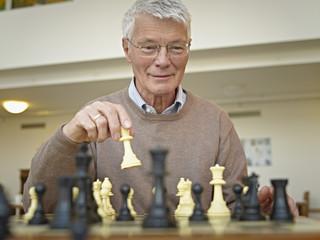 Deutschland, Köln, Senior, Rentner spielt Schach im Pflegeheim