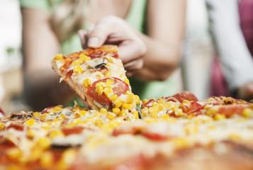 Deutschland, Köln, Mutter und Kinder, die Pizza in der Küche machen