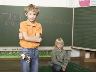 Zwei Jungen vor der Tafel