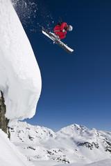 Österreich, Salzburger Land, Gerlos, Skifahrer springend am Berg, Seitenansicht