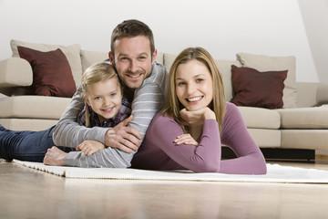 Eltern mit Tochter, zu Hause entspannen