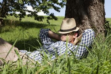 Deutschland, Bayern, Altenthann, Mann ruht unter Baum