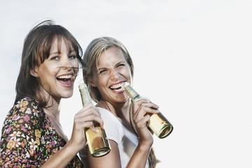 Deutschland, Köln, Frauen genießen Bier