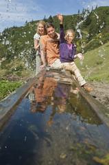 Österreich, Salzburg Land, Filzmoos, Familie wandert im Gebirge
