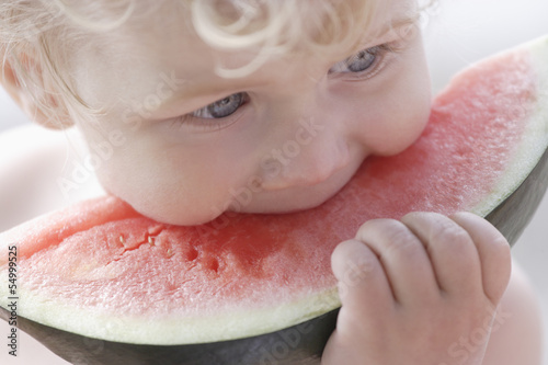 Deutschland, Bayern, Junge isst Wassermelone, close up