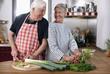 Deutschland, Wakendorf, älteres Paar, Senioren Schneiden von Gemüse in der Küche