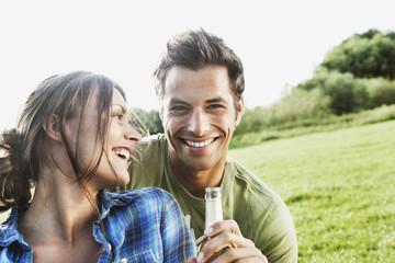 Deutschland, Köln, Mann und Frau genießen Bier