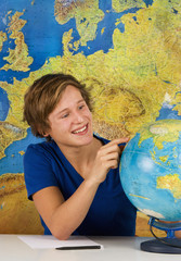 Teenage Junge mit Globus