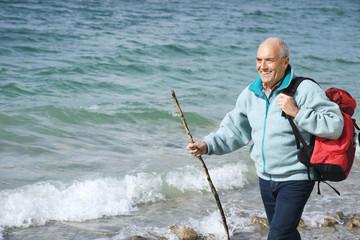 Deutschland, Bayern, Walchensse, erwachsener Mann zu Fuß am Wasser