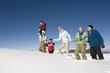Italien, Süd-Tirol, Seiseralm, Familie wandert im Schnee