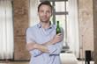 Deutschland, Mann stehend und mit Bierflasche
