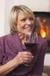 Deutschland, Kratzeburg, ältere Frau, Seniorin hält Glas Wein