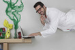 Junger Mann macht Experiment mit Laptop