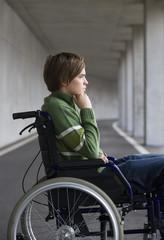 Österreich, Mondsee, Junger Mann sitzt im Rollstuhl bei U-Bahn