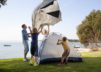 Kroatien, Zadar, Familie, Zelt am Strand