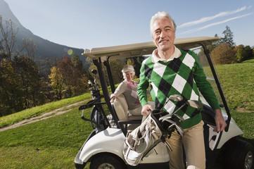 Italien, Kastelruth, Älteres Paar auf dem Golfplatz