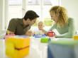 Junger Familienvater füttert Baby