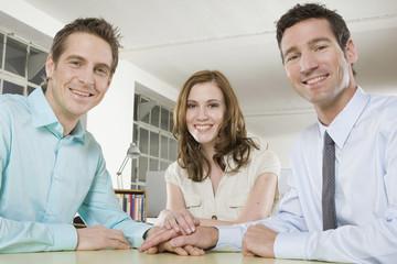 Deutschland, München, drei Geschäftsleute im Büro