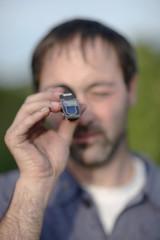 Mann mit Refraktometer