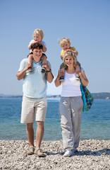 Kroatien, Zadar, Eltern, die Kinder auf der Schulter tragen