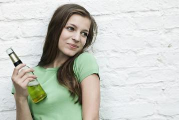 Deutschland, Berlin, junge Frau mit Bierflasche