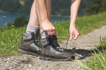 Österreich, Mondsee, Person bindet Schuh