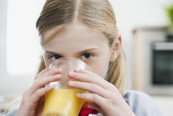 Deutschland, Köln, Mädchen trinkt Orangensaft