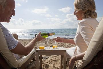 Spanien, Mallorca, älteres Paar, Senioren trinkt Sekt am Strand