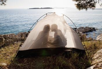 Kroatien, Zadar, Junges Paar Küssen im Zelt am Strand