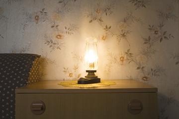 Lampe auf Kommode