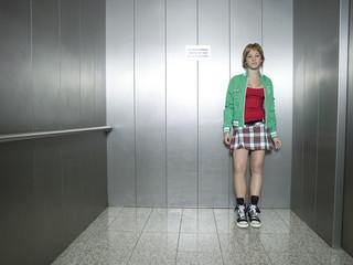 Junge Frau im Aufzug