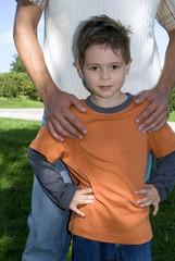 Vater mit der Hand auf Sohns Schulter