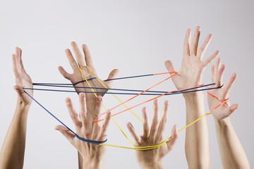 Menschen spielen mit Fäden, Netzwerk, Zusammenarbeit