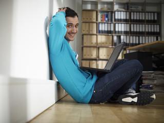 Deutschland, Köln, Junger Mann mit Laptop