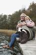 Deutschland, Kratzeburg, älteres Paar, Senioren sitzt auf der Promenade