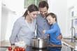Deutschland, Bayern, München, Familie vorbereiten Mahlzeit zusammen in der Küche