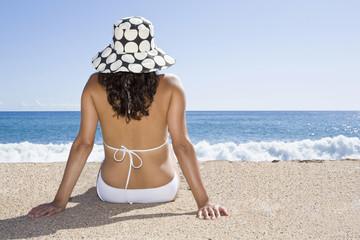 Frankreich, Korsika, Frau entspannt am Strand, Rückansicht