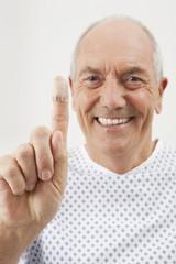 Deutschland, München, erwachsener Mann zeigt Finger mit Verband