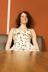 Junge Frau sitzt am Tisch
