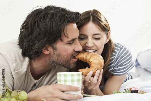 Deutschland, Berlin, Älteres Paar beim Frühstück im Bett
