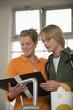 Mutter und Sohn in der Küche, lesen Schulzeugnis