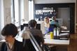 Deutschland, Köln, Männer und Frauen, die im Büro arbeiten