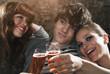 Deutschland, Berlin, Junger Mann und Frau klirren Gläser, Champagner