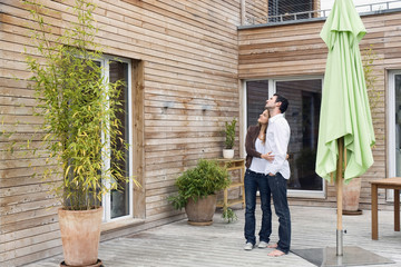 Deutschland, Bayern, München, Paar auf der Terrasse vor dem Haus
