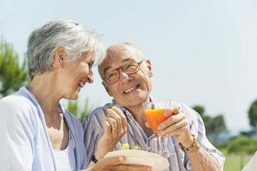 Spanien, Mallorca, älteres Paar, Senioren bei einem Picknick