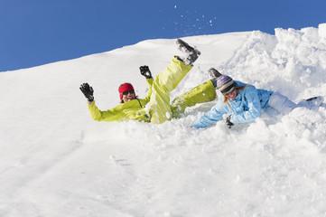 Italien, Trentino-Alto Adige, Südtirol, Bozen, Seiser Alm, Mann und Frau springend im Schnee