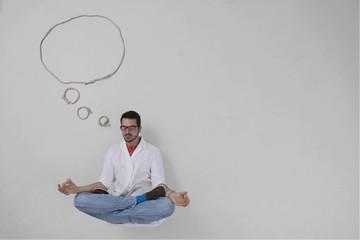 Junger Mann macht Meditation mit Gedankenblase
