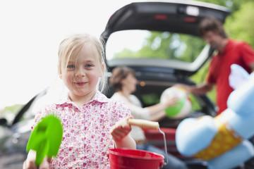 Deutschland, Leipzig, Eltern Laden Gepäck ins Auto, Mädchen im Vordergrund