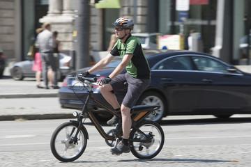 Deutschland, Bayern, München, erwachsener Mann Reiten Elektro-Fahrrad
