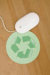 Computer-Maus neben Maus-Pad mit Recycling-Symbol